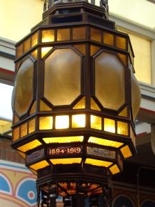 Lamp in de centrale hal. Let op het opschrift 1894-1919, de bond vierde haar 25-jarig bestaan