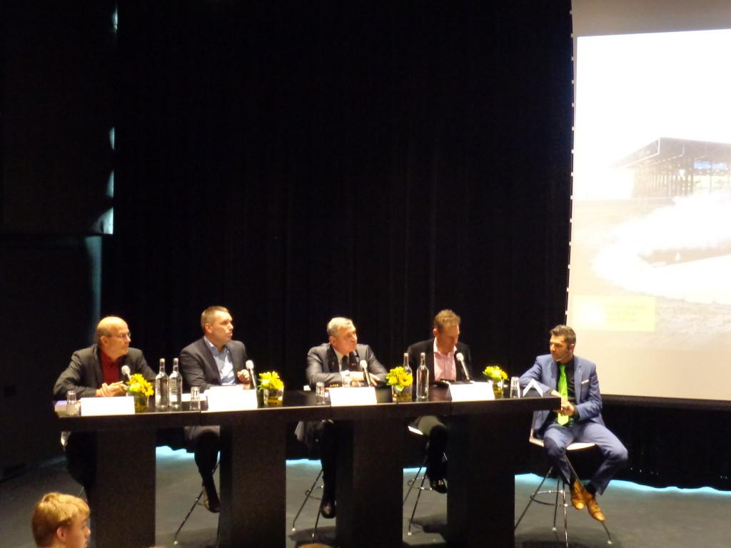Het panel in discussie. V.l.n.r. Freriks, Elands, Noordzij, Oostindie, Van den Akker