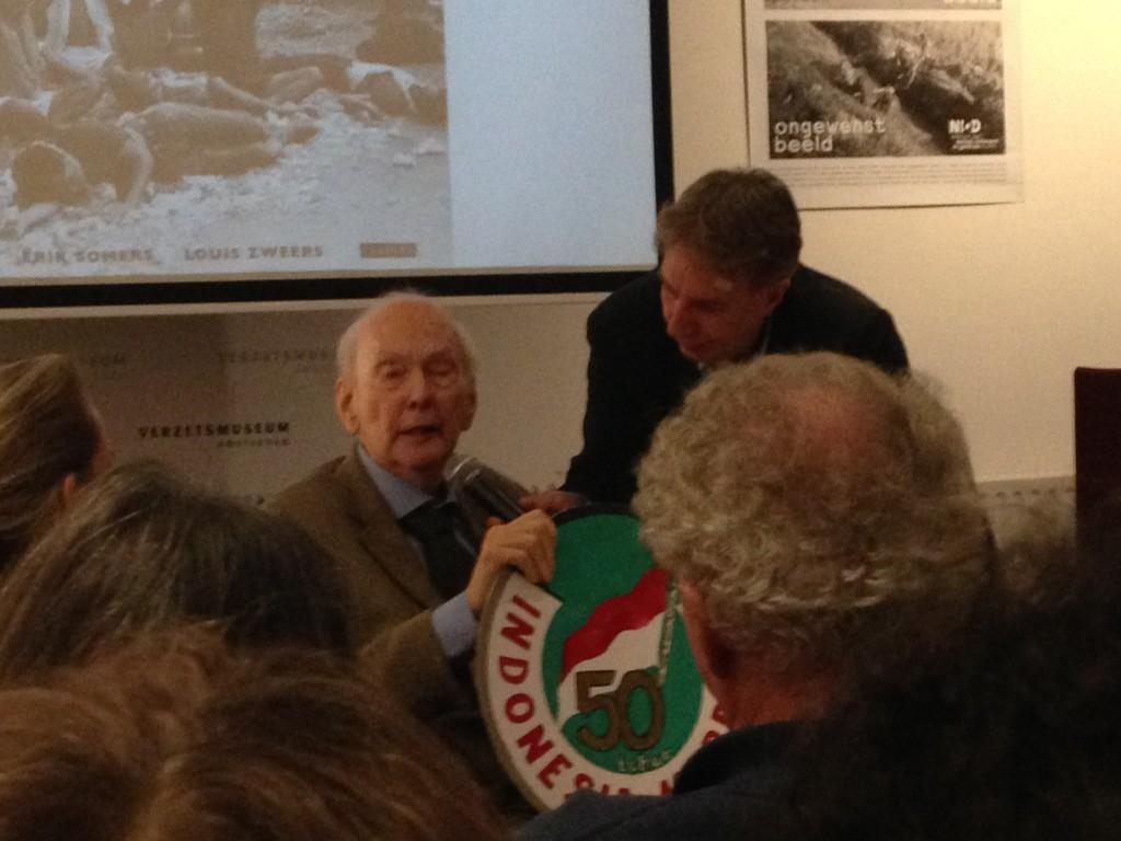 Veteraan Joop Hueting wordt geïnterviewd door René Kok van het NIOD
