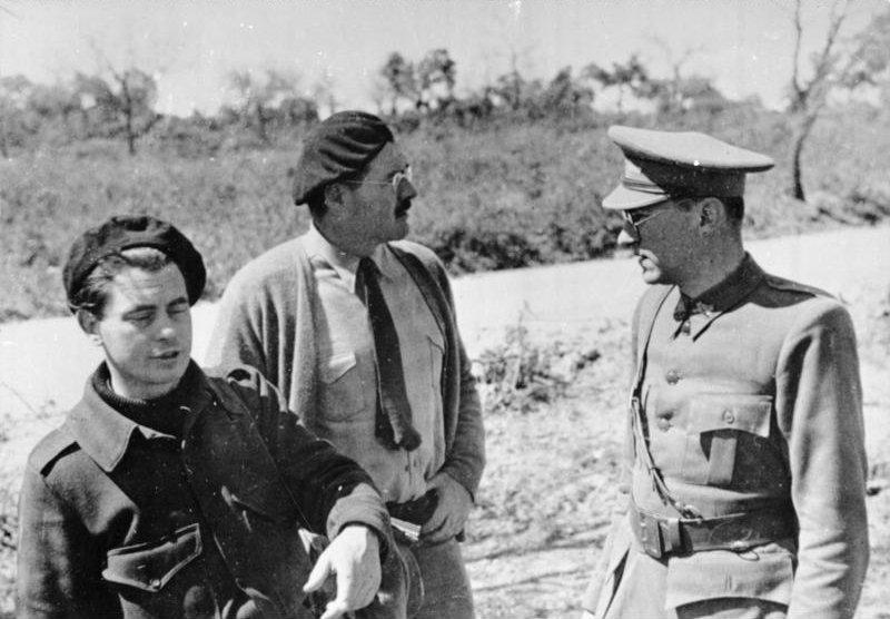 Joris Ivens, Ernest Hemingway en Ludwig Renn, Spanje c. 1936-1937