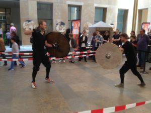 Demonstratie vroegmiddeleeuwse vechtkunst