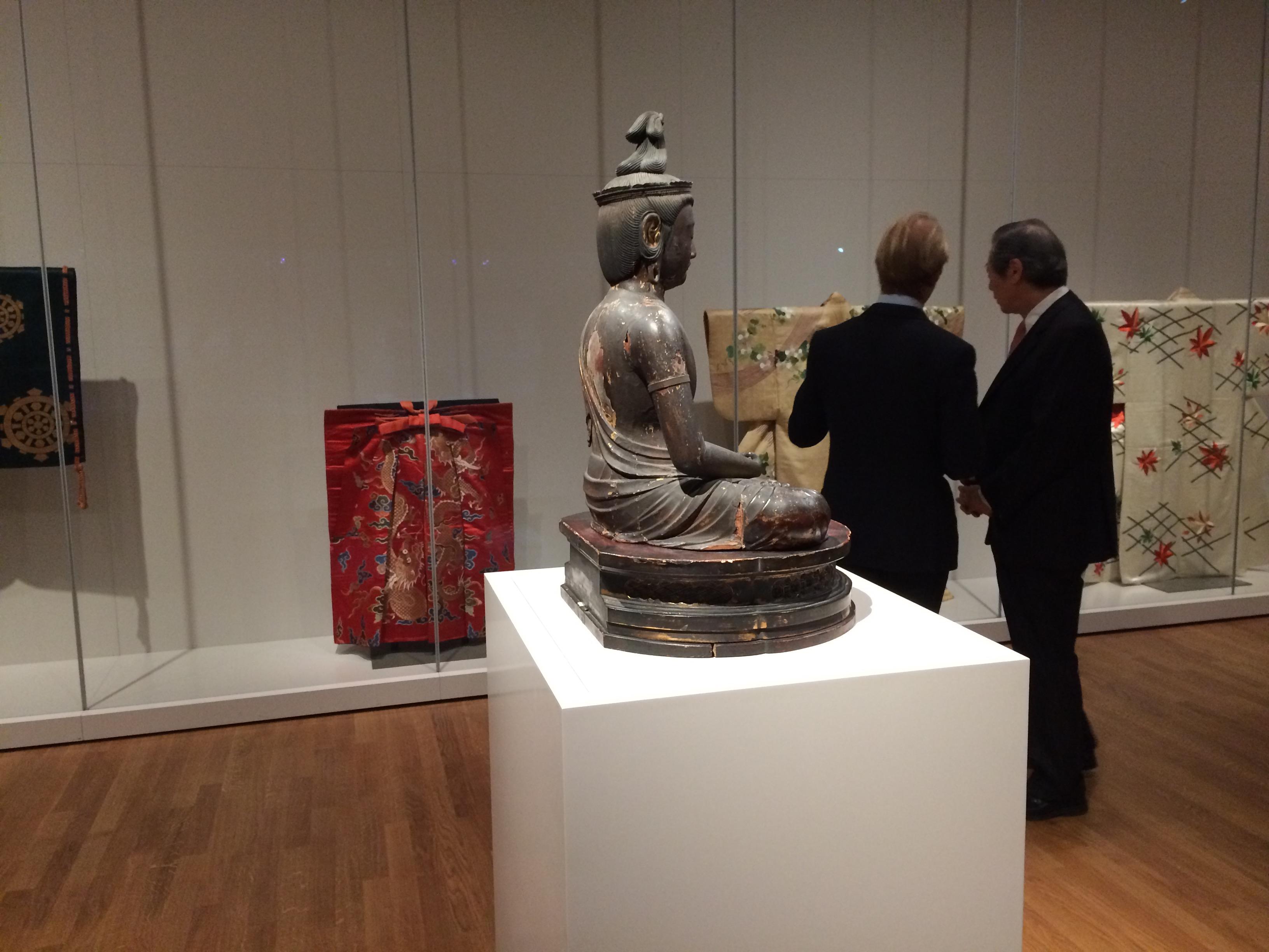 Dibbits en Okura bekijken de Okura-collectie.