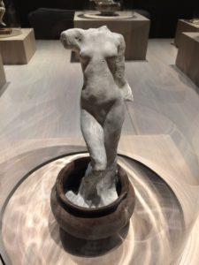 Assemblage: staand vrouwelijk naakt in een antieke vaas op drie pootjes, 1895-1905 (gips, terracotta