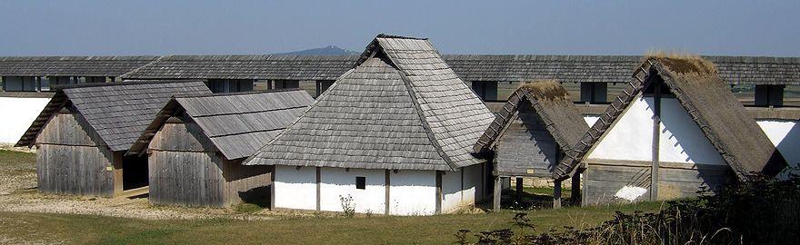Reconstructie Keltische huizen, op de achtergrond de typerende stadsmuur