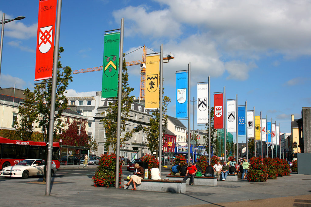 Banieren met daarop de namen en wapens van de veertien families, Eyre Square, Galway.