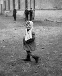 Hongaarse vluchtelingen aan de Hongaars-Oostenrijkse grens, uit de serie 'Hongarije', 1956 © Ata Kandó / collectie Nederlands Fotomuseum, courtesy Kahmann Gallery Amsterdam